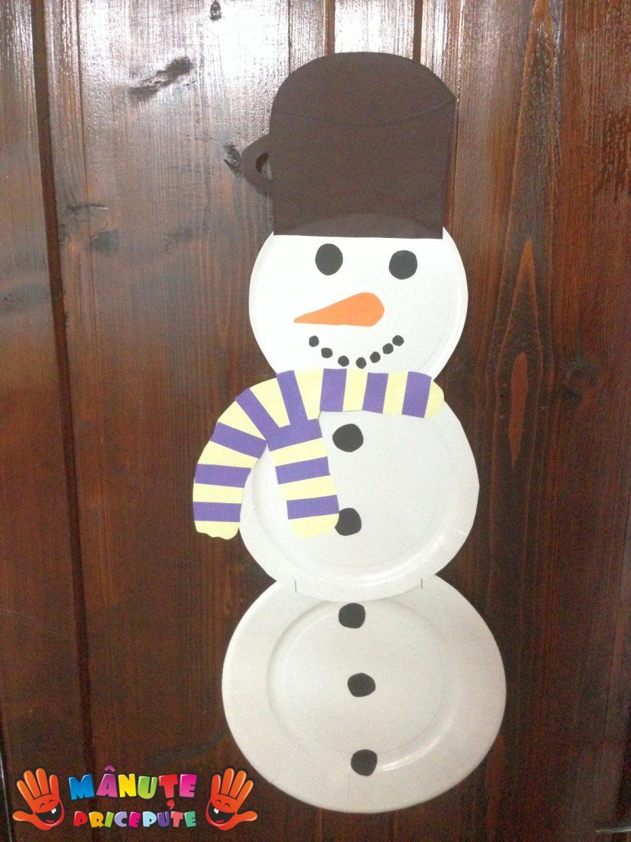 Om de zăpadă din farfurii