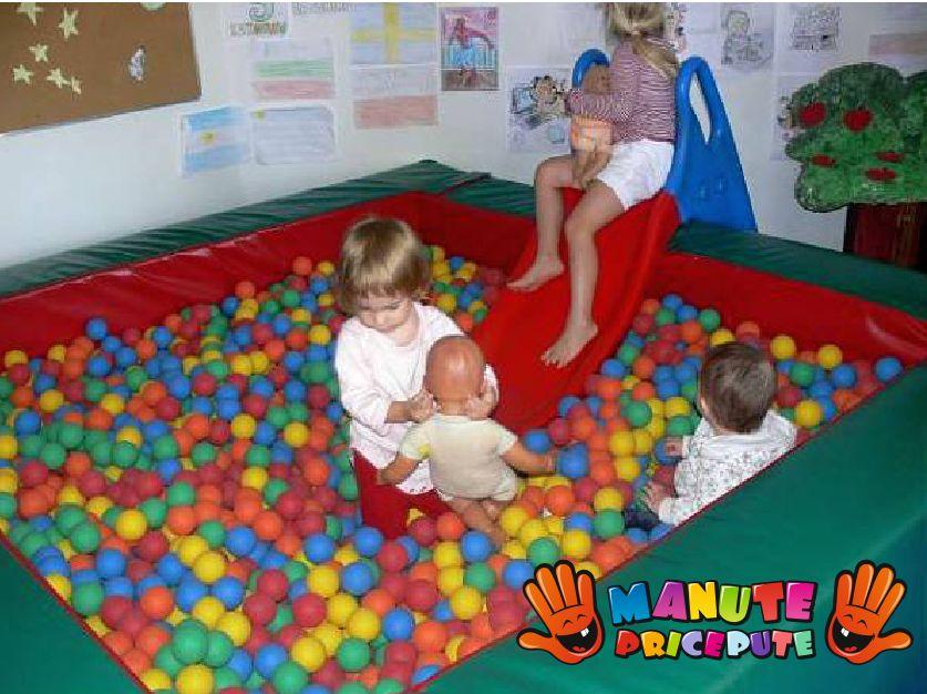 Piscina cu mingi colorate