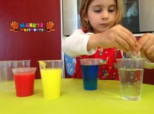 Experimente copii cu apa colorata